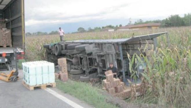Due camion escono di strada