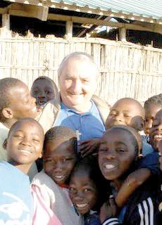 Don Pio Bono con alcuni allievi della scuola