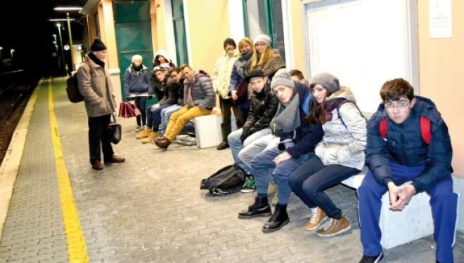 SALUGGIA. I pendolari: La sala d'attesa è sporca e fredda e noi dobbiamo aspettare il treno all'aperto