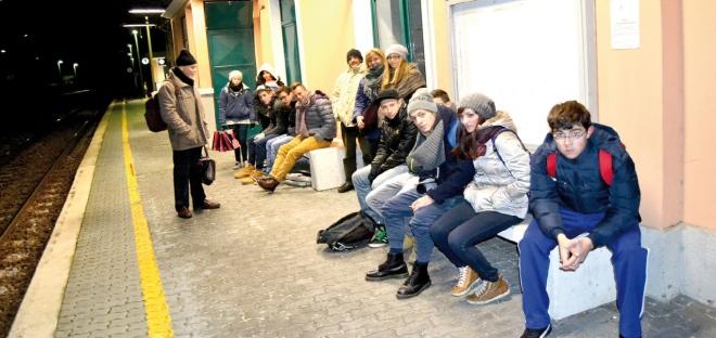 Studenti e lavoratori attendono il treno all'aperto Saluggia