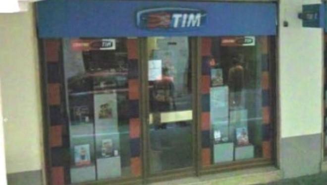 """CRESCENTINO: """"Spaccata"""" al negozio di telefonia"""