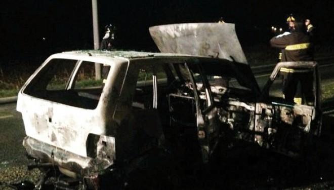 SALUGGIA: Auto va a fuoco davanti alla Cascina Primavera
