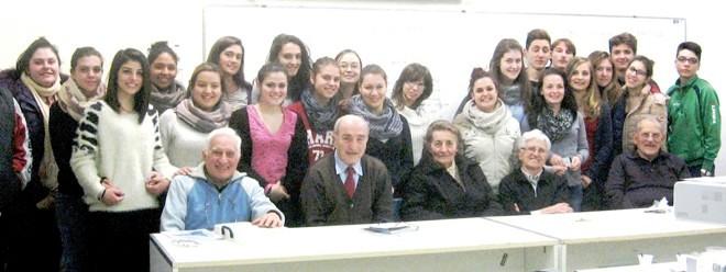 Gli alunni con Livia Pezza, Piera Zorgno, Piero Cappone, Giuseppe Cipolla e Giovanni Reano