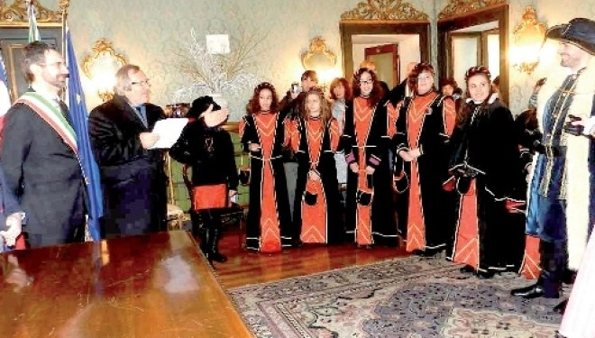 TRINO: Carnevale: il sindaco consegna le chiavi della città al Capitano Cecolo Broglia e alla Bella Castellana