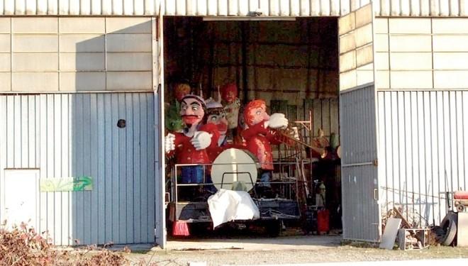 SANTHIÀ: Le compagnie al lavoro per preparare i carri