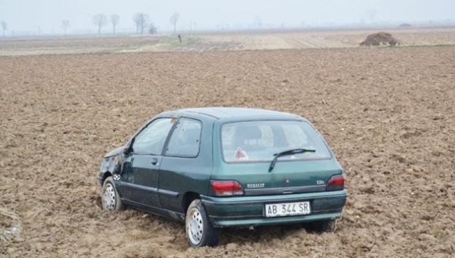 LIVORNO FERRARIS: Auto in mezzo a un campo