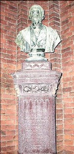 Il busto di Locarni dietro San Bernardo