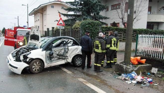 VILLAREGGIA: Sabato pomeriggio in via Maestra, auto fuori strada, due feriti