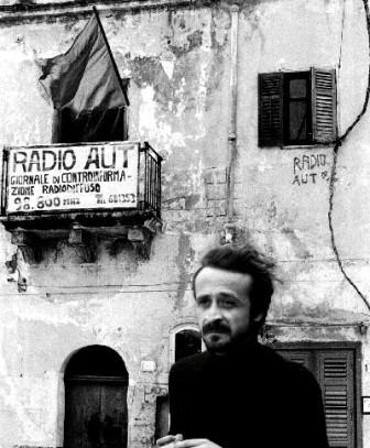 Peppino Impastato davanti a Radio Aut