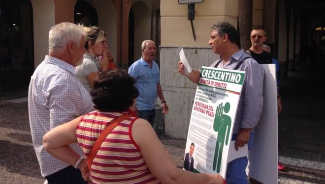 """Il vicesindaco Speranza """"uomo-sandwich"""" al mercato: «tolgono gli alloggi agli italiani e li danno ai migranti»"""