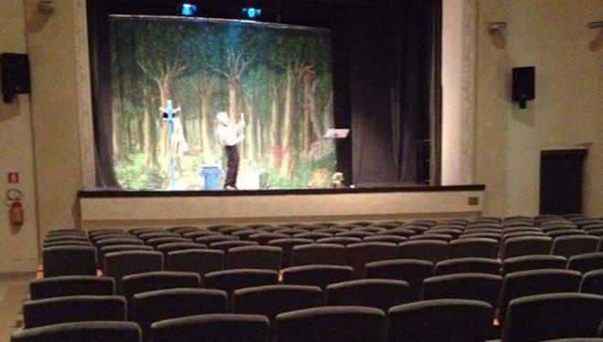 Il teatro è deserto, ma Mongiano recita (benissimo) lo stesso